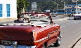 Κλασική παλαιά κόκκινη μετατρέψιμη οδήγηση στην Αβάνα Κούβα στοκ εικόνα με δικαίωμα ελεύθερης χρήσης