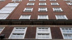 Κλασική πρόσοψη οικοδόμησης με τα παράθυρα που κάνουν πανοραμική λήψη προς τα πάνω απόθεμα βίντεο