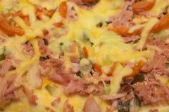 Κλασική σπιτική ιταλική πίτσα τυριών φρέσκια από το φούρνο στοκ εικόνες