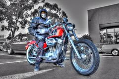 Κλασικοί αμερικανικοί μοτοσικλέτα και αναβάτης του Harley Davidson στο γραπτό υπόβαθρο Στοκ Εικόνες