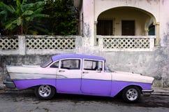 Κλασικός Αμερικανός κατέστησε το αυτοκίνητο σταθμευμένο στην Κούβα στοκ εικόνες