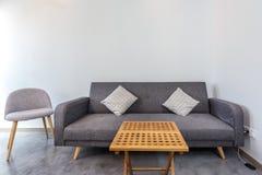 Κλασικός καναπές με τις καρέκλες και ένα τραπεζάκι σαλονιού στο δωμάτιο Διαποδιαμορφωτής για το Διαδίκτυο στοκ φωτογραφία