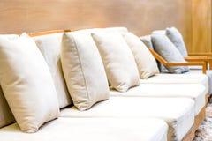 Κλασικός κρεμώδης και ξύλινος καναπές στο σαλόνι τουριστών της Μπανγκόκ για το wel στοκ φωτογραφία με δικαίωμα ελεύθερης χρήσης
