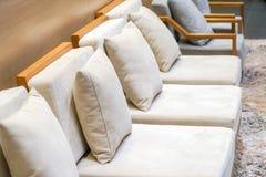 Κλασικός κρεμώδης και ξύλινος καναπές στο σαλόνι τουριστών της Μπανγκόκ για το wel στοκ εικόνες