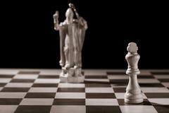 Κλασικός λευκός βασιλιάς και το ίδιο κομμάτι σκακιού υπό μορφή medie Στοκ Φωτογραφίες