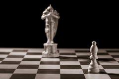 Κλασικός λευκός επίσκοπος και το ίδιο κομμάτι σκακιού υπό μορφή MED Στοκ φωτογραφίες με δικαίωμα ελεύθερης χρήσης
