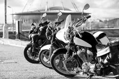 Κλασικός μπαλτάς, χαμηλής ισχύος ποδήλατο και αθλητικό ποδήλατο που στέκονται στη γραμμή, γραπτή εικόνα Στοκ εικόνα με δικαίωμα ελεύθερης χρήσης