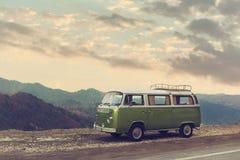 Κλασικός πράσινος Vintage Camper Van Parked στο δρόμο Στοκ εικόνες με δικαίωμα ελεύθερης χρήσης