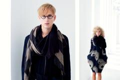 Κλασικός σύγχρονος άνδρας σπουδαστών με τη γυναίκα μόδας Στοκ εικόνα με δικαίωμα ελεύθερης χρήσης