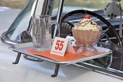 Κλασικό αμερικανικό θέμα αυτοκινήτων και γρήγορου γεύματος δεκαετίας του '50 Στοκ φωτογραφία με δικαίωμα ελεύθερης χρήσης