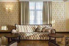 Κλασικό εσωτερικό του δωματίου με τον μπεζ καναπέ στοκ φωτογραφίες με δικαίωμα ελεύθερης χρήσης