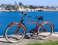 κλασικό κόκκινο πάρκων ποδηλάτων Στοκ φωτογραφία με δικαίωμα ελεύθερης χρήσης