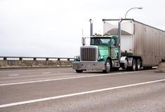 Κλασικό μεγάλο ημι φορτηγό αμαξιών ημέρας εγκαταστάσεων γεώτρησης με το ζαρωμένο μαζικό ημι tra Στοκ Εικόνες