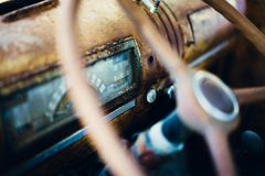 κλασικό τιμόνι Κινηματογράφηση σε πρώτο πλάνο γυαλιού σκουριάς στοκ φωτογραφία