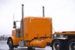 Κλασικό φωτεινό πορτοκαλί μεγάλο τρακτέρ φορτηγών εγκαταστάσεων γεώτρησης ημι που μεταφέρει το ΛΦ Στοκ φωτογραφία με δικαίωμα ελεύθερης χρήσης