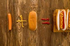 Κλασικό χοτ-ντογκ με το κέτσαπ και τη μουστάρδα Στοκ εικόνες με δικαίωμα ελεύθερης χρήσης