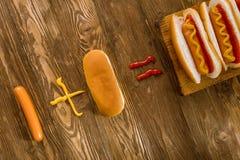 Κλασικό χοτ-ντογκ με το κέτσαπ και τη μουστάρδα Στοκ φωτογραφία με δικαίωμα ελεύθερης χρήσης