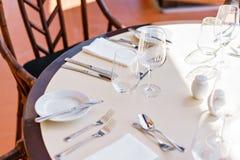 κλασικό dinnerware εστιατόριο Επιτραπέζιοι διορισμοί για το γεύμα στο πεζούλι στοκ εικόνες