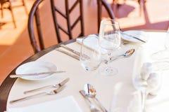 κλασικό dinnerware εστιατόριο Επιτραπέζιοι διορισμοί για το γεύμα στο πεζούλι στοκ φωτογραφίες