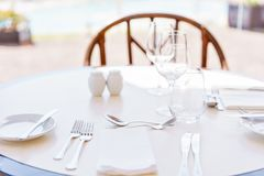 κλασικό dinnerware εστιατόριο Επιτραπέζιοι διορισμοί για το γεύμα στο πεζούλι στοκ εικόνα με δικαίωμα ελεύθερης χρήσης