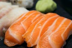 Κλασικό nigiri σουσιών σολομών Ιαπωνικά τρόφιμα, κινηματογράφηση σε πρώτο πλάνο Στοκ Εικόνες