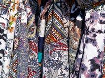 Κλασσικά ζωηρόχρωμα μαντίλι μεταξιού στην επίδειξη στοκ φωτογραφία