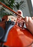 Κλασσικά χέρια φορέων Λεπτομέρειες του παιχνιδιού βιολιών στοκ φωτογραφία με δικαίωμα ελεύθερης χρήσης
