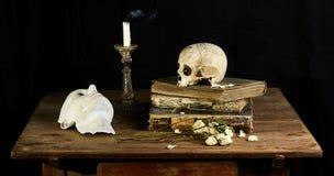 Κλασσική μπαρόκ ακόμα-ζωή στο ύφος Vantias με το κρανίο και θάνατος-μάσκα σε ένα μαύρο υπόβαθρο στοκ εικόνες