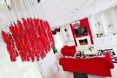 Κλασσικό κόκκινο εσωτερικό καθιστικών με τη θέση πυρκαγιάς και όμορφος Στοκ Εικόνες