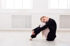 Κλασσικό τέντωμα χορευτών μπαλέτου στην άσπρη κατηγορία κατάρτισης στοκ εικόνες με δικαίωμα ελεύθερης χρήσης