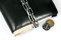 κλείδωμα αλυσίδων δεσμών επάνω στο πορτοφόλι Στοκ εικόνες με δικαίωμα ελεύθερης χρήσης