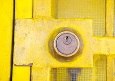 κλείδωμα κίτρινο στοκ φωτογραφία με δικαίωμα ελεύθερης χρήσης