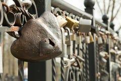 κλείδωμα καρδιών μορφής Στοκ Φωτογραφίες