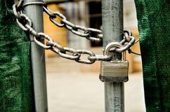κλείδωμα πυλών αλυσίδων Στοκ εικόνες με δικαίωμα ελεύθερης χρήσης