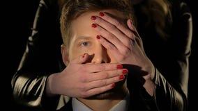Κλείνοντας μάτια και στόμα ανδρών γυναικών στο henpecked σύζυγο, έλεγχος στις σχέσεις απόθεμα βίντεο