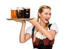 Κλείνοντας το μάτι σερβιτόρα με τα γυαλιά μπύρας Στοκ εικόνα με δικαίωμα ελεύθερης χρήσης