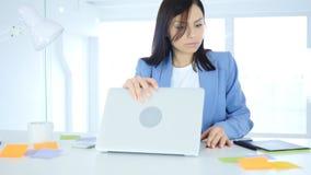 Κλείνοντας lap-top γυναικών και αναχώρηση του γραφείου Στοκ εικόνες με δικαίωμα ελεύθερης χρήσης
