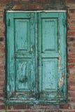 Κλείνω με παντζούρια παράθυρο στον παλαιό τουβλότοιχο Στοκ Εικόνες