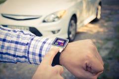 Κλείσιμο του αυτοκινήτου με το έξυπνο ρολόι app Στοκ Εικόνες