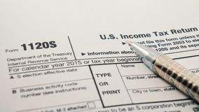 Κλείστε αυξημένος έντυπο φορολογικής επιστροφής υπηρεσιών Ηνωμένου εσωτερικού εισοδήματος IRS 1120S για τις μικρές εταιρίες γνωστ στοκ εικόνες