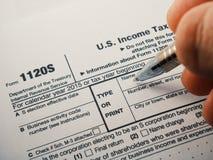 Κλείστε αυξημένος έντυπο φορολογικής επιστροφής υπηρεσιών Ηνωμένου εσωτερικού εισοδήματος IRS 1120S για τις μικρές εταιρίες γνωστ στοκ εικόνα με δικαίωμα ελεύθερης χρήσης