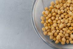 Κλείστε αυξημένος ακατέργαστα chickpeas στο κόσκινο r Ψημένο garbanzo Χορτοφάγος έννοια πιάτων Eco Πηγή λευκώματος Vegatable στοκ φωτογραφία