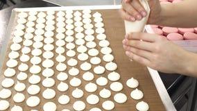 Κλείστε αυξημένος ενός αρχιμάγειρα ζύμης που προετοιμάζει τις μαρέγκες στην κουζίνα φιλμ μικρού μήκους