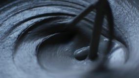 Κλείστε αυξημένος ενός κάδου του τσιμέντου, των εργαζομένων υλικών και του νερού μιγμάτων χαλαρών για να παραγάγει το τσιμέντο φιλμ μικρού μήκους