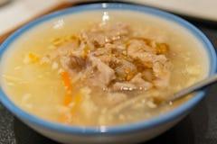 Κλείστε αυξημένος ενός κύπελλου του χοιρινού κρέατος Pottage Beimen με τη γεύση σκόρδου στοκ εικόνα με δικαίωμα ελεύθερης χρήσης