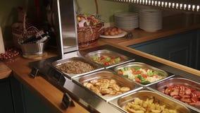 Κλείστε αυξημένος ενός μπουφέ με ποικίλα τρόφιμα στα εμπορευματοκιβώτια, θρεπτικά τρόφιμα απόθεμα βίντεο