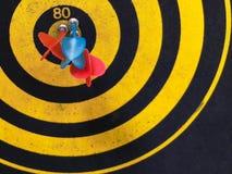 Κλείστε αυξημένος ενός πίνακα βελών Βέλος βελών που χάνει το στόχο σε έναν πίνακα βελών κατά τη διάρκεια του παιχνιδιού Βέλη κίτρ στοκ φωτογραφία με δικαίωμα ελεύθερης χρήσης