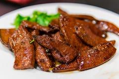 Κλείστε αυξημένος ενός πιάτου του τηγανισμένου συκωτιού χοιρινού κρέατος στοκ φωτογραφία με δικαίωμα ελεύθερης χρήσης