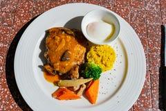 Κλείστε αυξημένος ενός πιάτου του ψημένου στη σχάρα ποδιού κοτόπουλου στοκ εικόνα