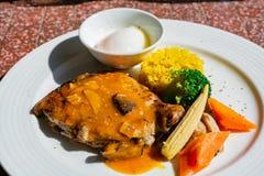 Κλείστε αυξημένος ενός πιάτου του ψημένου στη σχάρα ποδιού κοτόπουλου στοκ φωτογραφίες